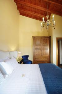 A bed or beds in a room at Casa Bella Chania
