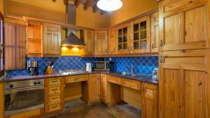 A kitchen or kitchenette at Casinhas Wheelchair friendly