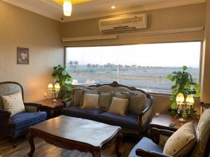 Uma área de estar em Dorar Rabigh Hotel Apartments