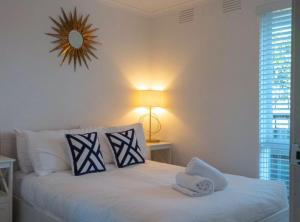 A bed or beds in a room at Luxurious Hampton Style 3 Bedroom House