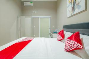 A bed or beds in a room at OYO 871 Aira Costel