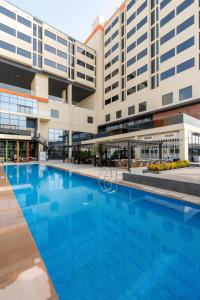 Der Swimmingpool an oder in der Nähe von Studio One Hotel