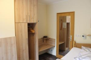 A bed or beds in a room at Jahnkes Gasthaus-Pension garni