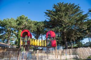 Aire de jeux pour enfants de l'établissement Camping Les Grenettes