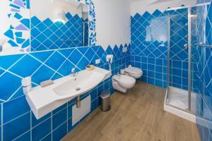 A bathroom at Olbia City Hotel