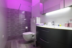 A bathroom at Sky & Sun Luxury Rooms with private parking in the garage