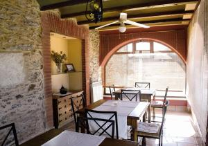 A restaurant or other place to eat at Casa Rural La Torrecilla