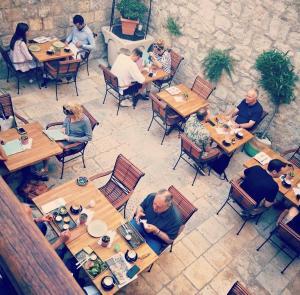 Un restaurante o sitio para comer en Ćiri Biri Bela boutique hostel