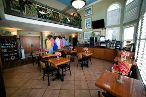 A restaurant or other place to eat at DeSoto Beach Hotel