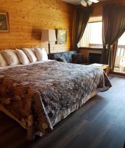 Ein Bett oder Betten in einem Zimmer der Unterkunft Westwind Inn on the Lake