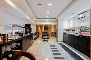 A restaurant or other place to eat at Slaviero Essential Curitiba Batel
