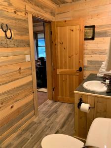 A bathroom at Yellowstone Cutthroat Guest Ranch