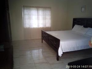 A bed or beds in a room at Eve's Rockaway Villa