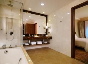 A bathroom at Novosibirsk Marriott Hotel