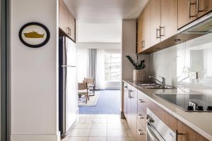 Watsons Bay Boutique Hotel tesisinde mutfak veya mini mutfak