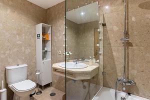 A bathroom at Porto Gaia River View by MP