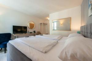 A bed or beds in a room at Hotel Am Dom