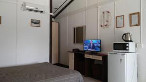 Телевизор и/или развлекательный центр в Гостевой Дом Нахаленок