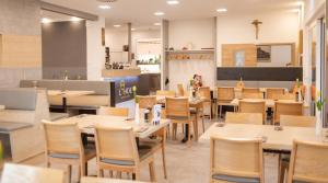 A restaurant or other place to eat at Gasthof Linde - Hotel Blum