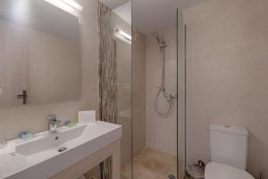 Salle de bains dans l'établissement Livadi Nafsika Hotel