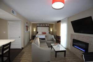 A seating area at Hawthorn Suites by Wyndham Detroit Southfield