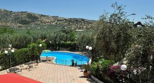 Ein Blick auf den Pool von der Unterkunft Hotel Apeneste oder aus der Nähe