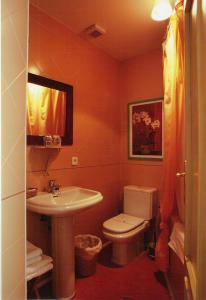 A bathroom at Hostal Fornos