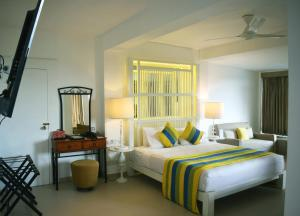 سرير أو أسرّة في غرفة في فندق تيلانكا