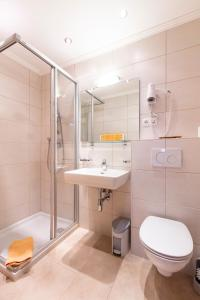 A bathroom at Appartements Zirmhof