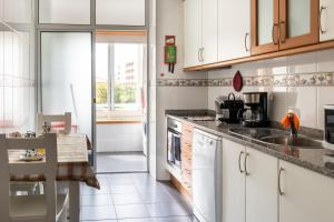 A kitchen or kitchenette at Madalena Beach Apartment by MP