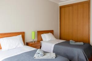 A bed or beds in a room at Madalena Beach Apartment by MP