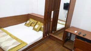 A bed or beds in a room at Carlton Hotel - Colaba Mumbai