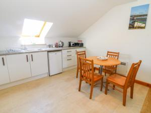 A kitchen or kitchenette at Shorefields Two