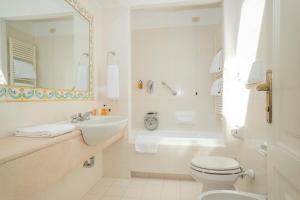 A bathroom at Park Hotel Villa Grazioli