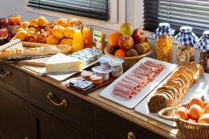 Breakfast options available to guests at Hôtel Roi Soleil Colmar
