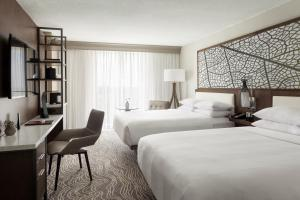A bed or beds in a room at Marriott Orlando Airport Lakeside