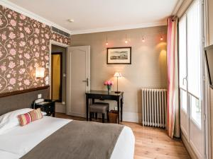 A bed or beds in a room at Hotel Louison