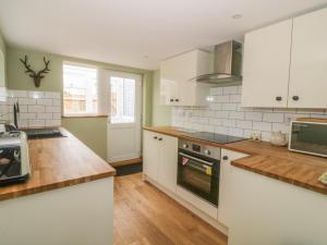 A kitchen or kitchenette at 2 Hillside Cottages