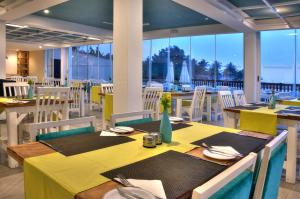 A restaurant or other place to eat at Sunset Beach Hotel