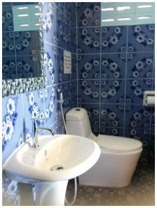 A bathroom at New Hut Bungalow