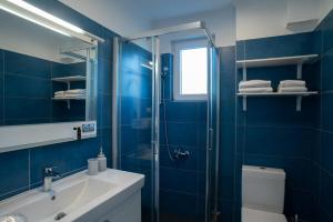 A bathroom at Sideratos Apartments