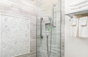 A bathroom at Harbor Light Inn