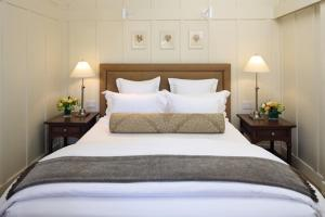 A bed or beds in a room at Meadowood Napa Valley