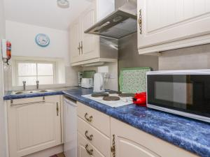 A kitchen or kitchenette at Seatown Cottage