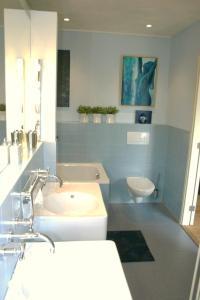 Ein Badezimmer in der Unterkunft De Duintop