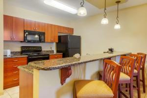 A kitchen or kitchenette at Clarion Inn Ormond Beach at Destination Daytona