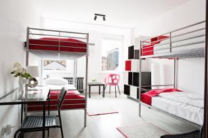 Łóżko lub łóżka piętrowe w pokoju w obiekcie Foto Hostel Lublin