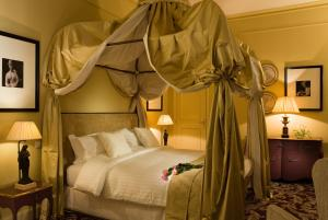 A bed or beds in a room at Château Hôtel Grand Barrail
