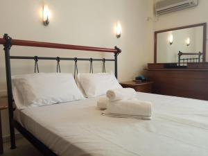 A bed or beds in a room at Omiros