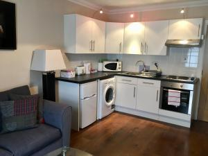 A kitchen or kitchenette at Hillview Apartment